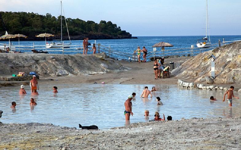 Люди купаются в грязевых ваннах Вулькано