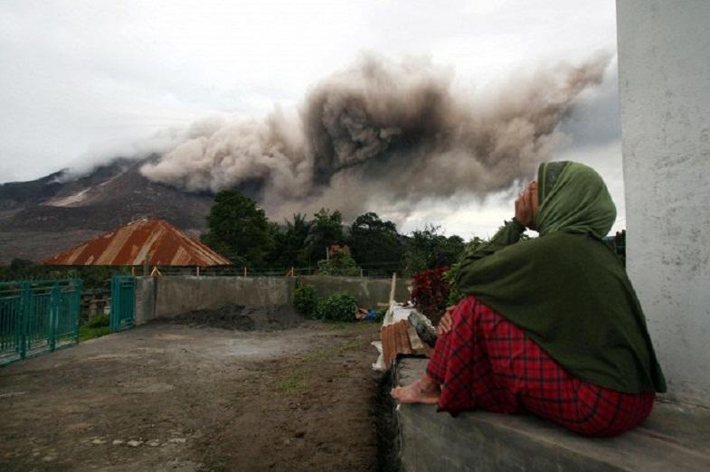 Синабунг вулкан извержение
