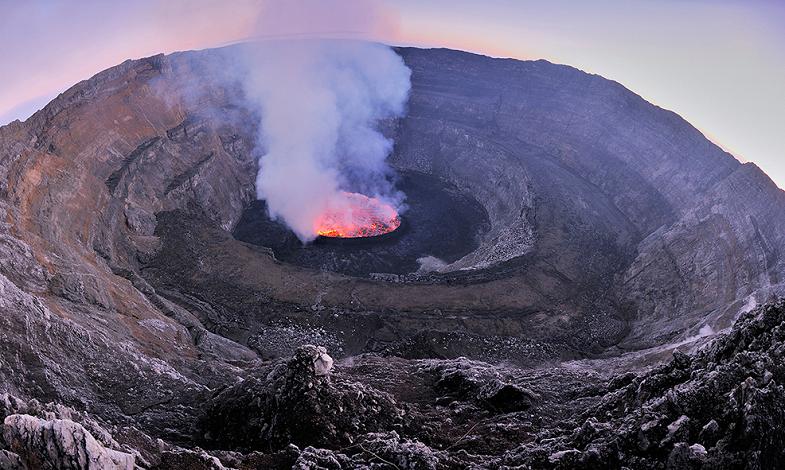 Озеро лавы в кратере Ньирагонго