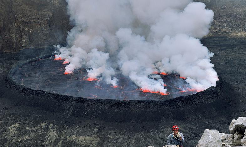 Озеро лавы в кратере вулкана Ньирагонго