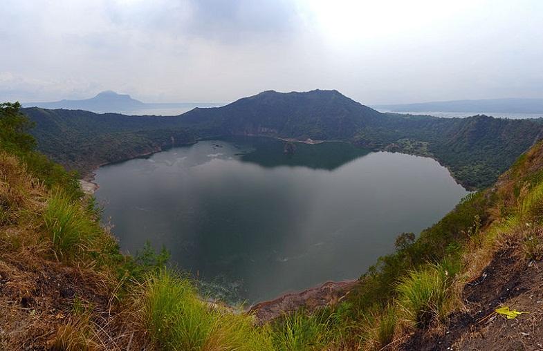 Озеро в кратере Тааля