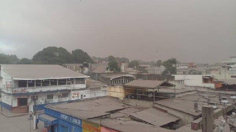 Пепел на крышах поселений в окрестностях Фуэго