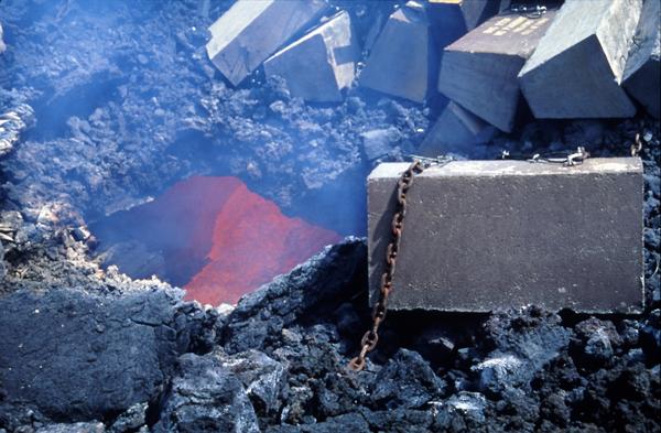Бетонные блоки, сброшенные на Этну в 1992 году
