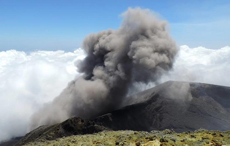 Таинственный световой столб был заснят над вулканом Этна