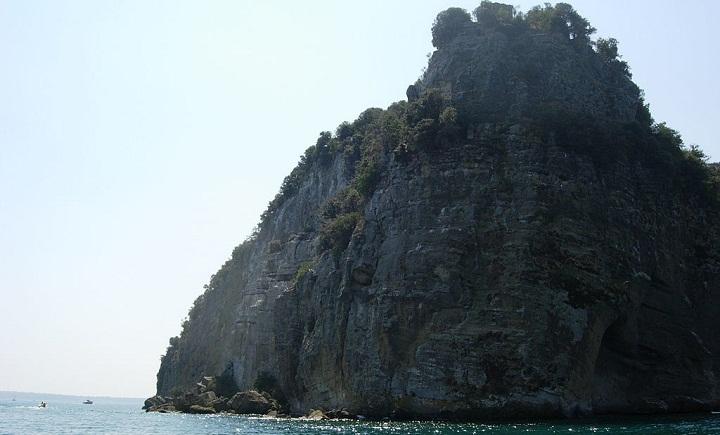 Остров Бисентина в озере Больсена