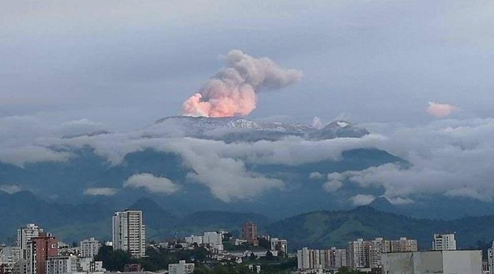 Розовый плюм над вулканом Невадо-дель-Руис