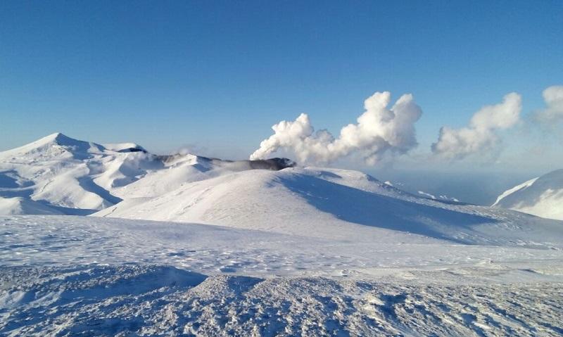 Вулкан Эбеко выбросил двухкилометровый столб пепла