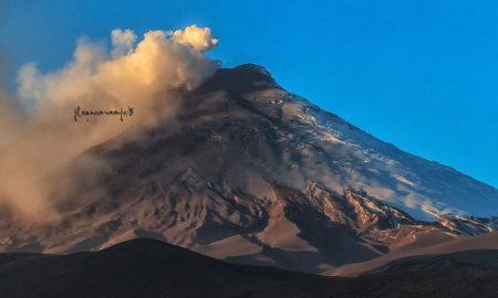 Небольшая активность вулкана Котопахи в Эквадоре