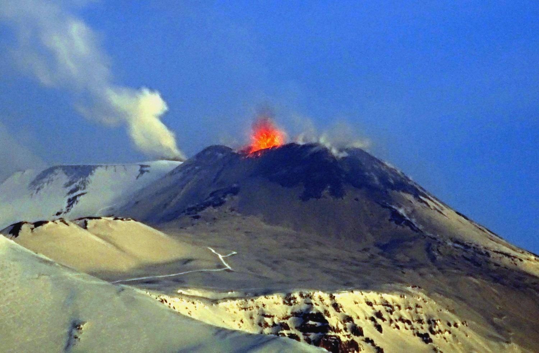 Вулкан Этна продолжает взрыватся