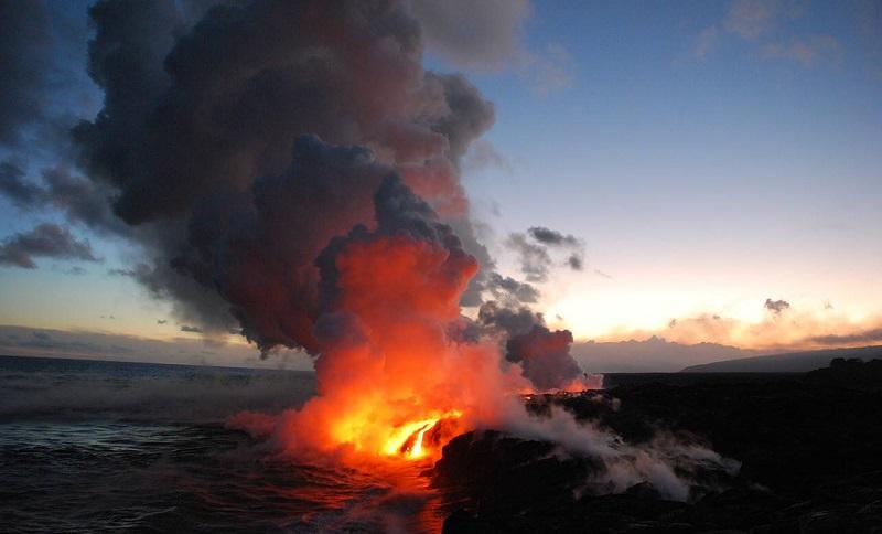 Вулкан Килауэа извергается прямо в океан