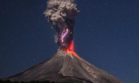 Вулкан Колима извергает пепел и пар на 3 км