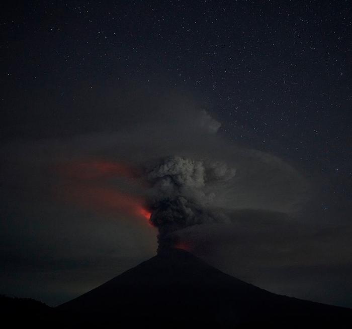 вулкан агунг ночью